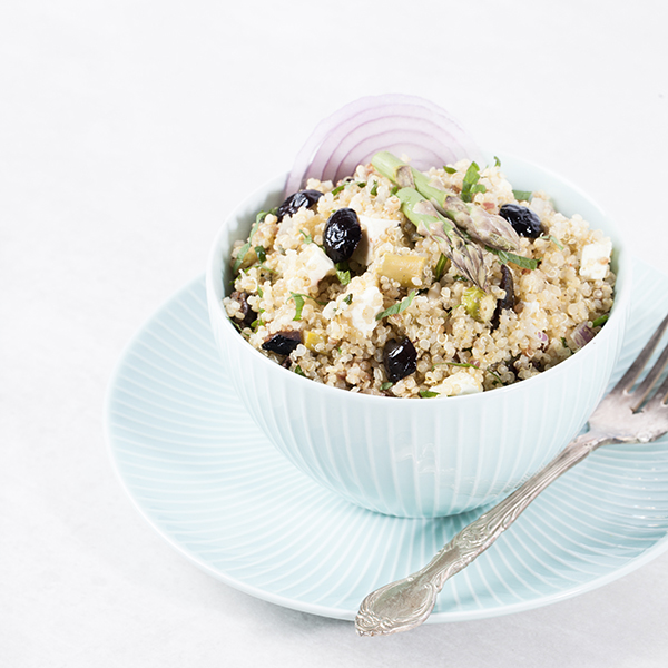 mavieveggie_recette-quinoa-asperges olives noires feta oignon rouge